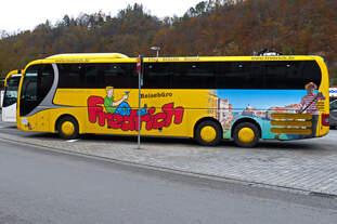 Wenn auch etwas verdeckt durch das Verkehrsschld, recht sehenswert der MAN Lions Coach von Reisebüro Fredrich an der Bootsanlegestelle in Passau 11.11.2017