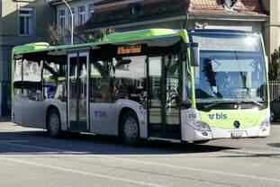Der MB C2 K hybrid 212 am 17.2.19 bei der Anfahrt ans Busperron am Bahnhof Burgdorf.