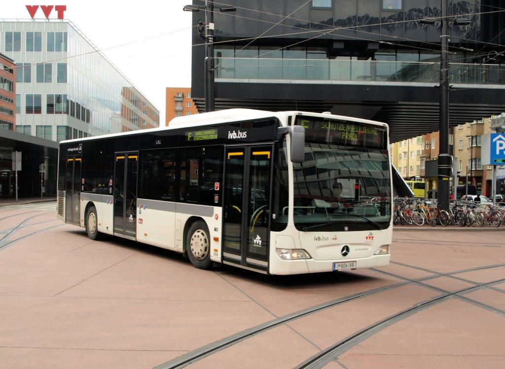 Ein MERCEDES CITARO der IVB ( Innsbrucker Verkehrsbetriebe),Linie F fährt gerade beim ...