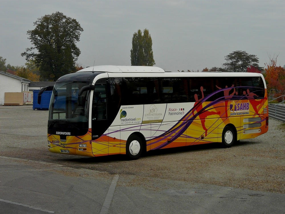man lion 39 s coach abgestellt allein auf weiter flur am in strasbourg bus. Black Bedroom Furniture Sets. Home Design Ideas