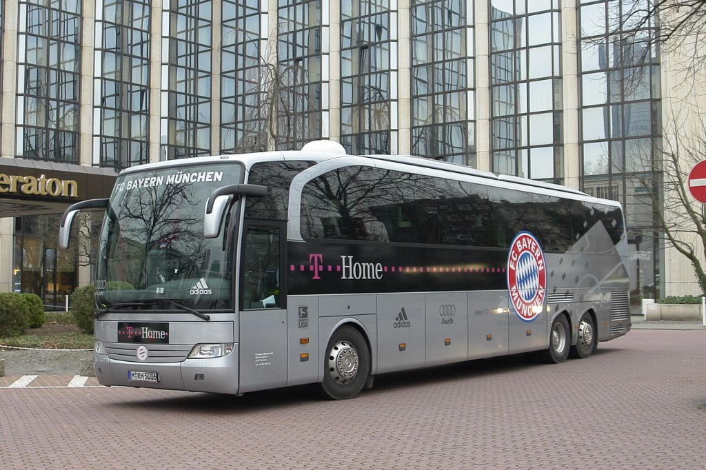 mannschaftsbus des fc bayern m nchen m rm 5006 aufgenommen vor dem sheraton hotel in essen. Black Bedroom Furniture Sets. Home Design Ideas