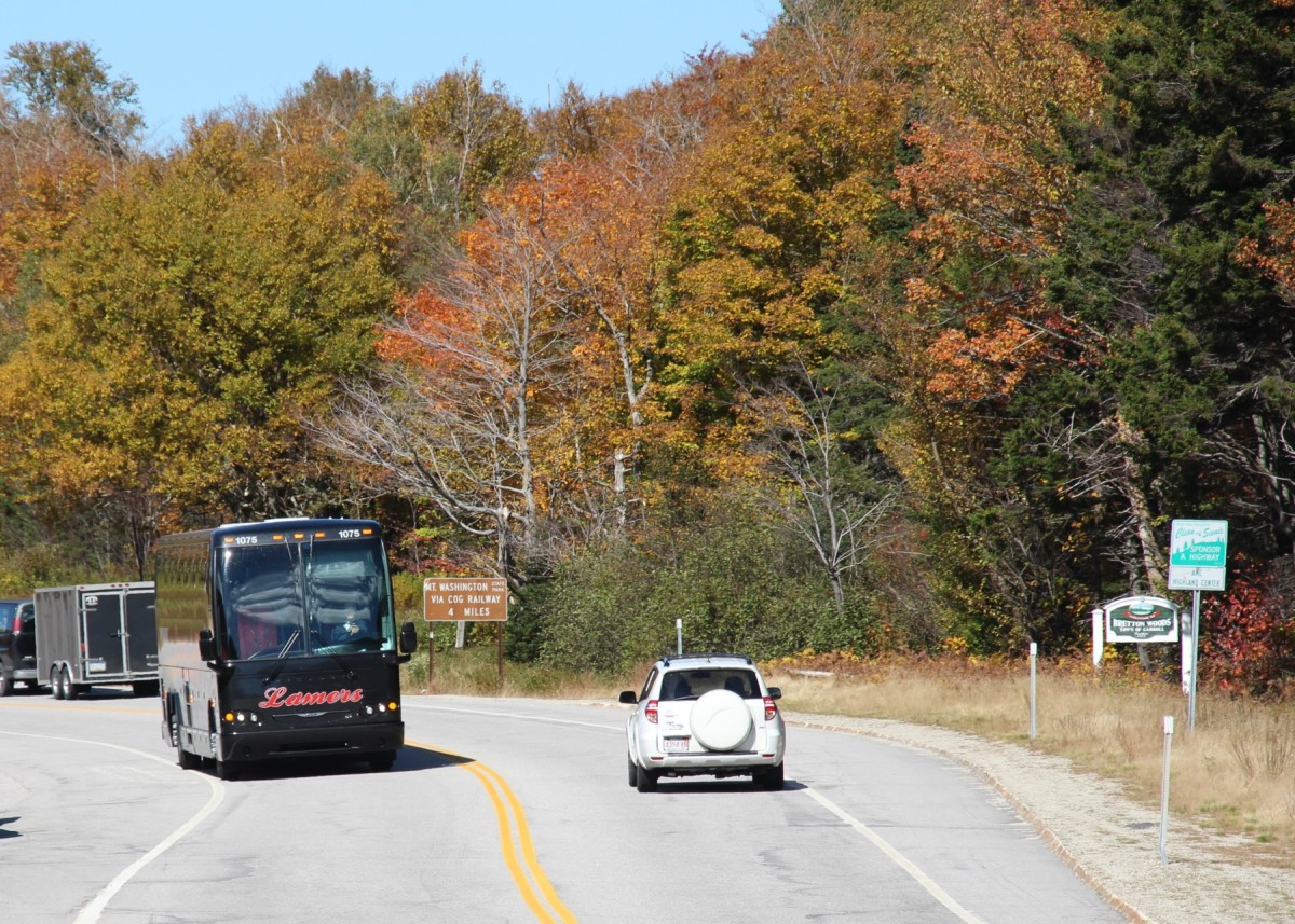 1.10.2013 Crawford Notch, NH. Reisebus im beginnenden Indian Summer