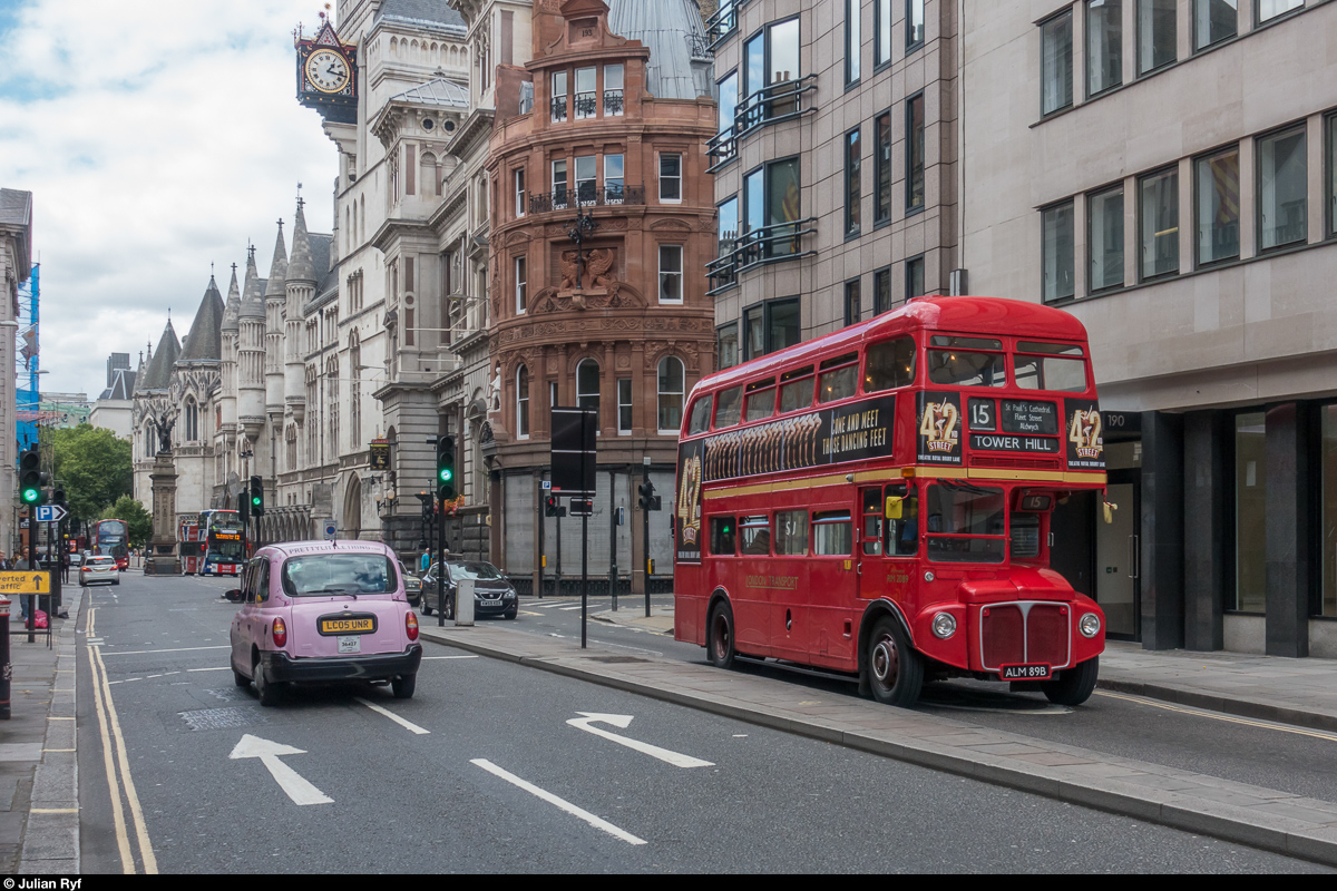 Am 12. August 2017 ist Routemaster RM 2089 auf der Heritage Bus Route 15 bei den Royal Courts of Justice unterwegs in Richtung Tower Hill.