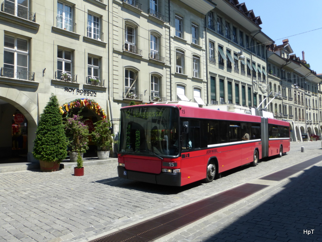 bern mobil trolleybus unterwegs auf der linie 12 in der altstadt von bern am. Black Bedroom Furniture Sets. Home Design Ideas