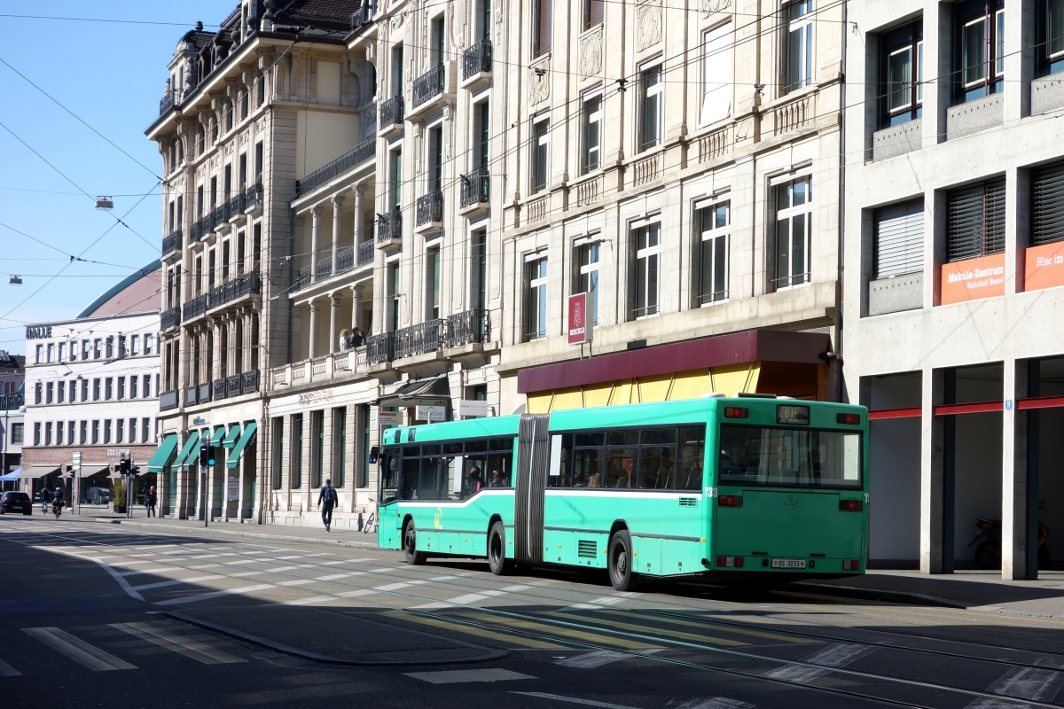 BVB Basel, Mercedes-Benz O405GN2 (Nr. 733/BS 3233, 1996, ex. VAG Freiburg) am 7. April 2015 in Basel Bahnhof SBB.