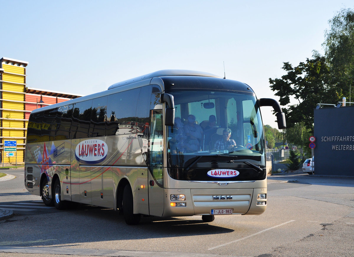 MAN Lion`s Coach von LAUWERS Reisen aus Belgien in Krems.