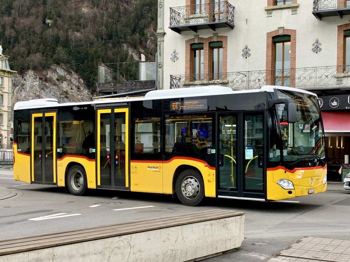 MB C2 K hybrid '11217'  BE 534 630  von PostAuto Interlaken am 11.3.21 kurz vor dem Bhf Interlaken West.