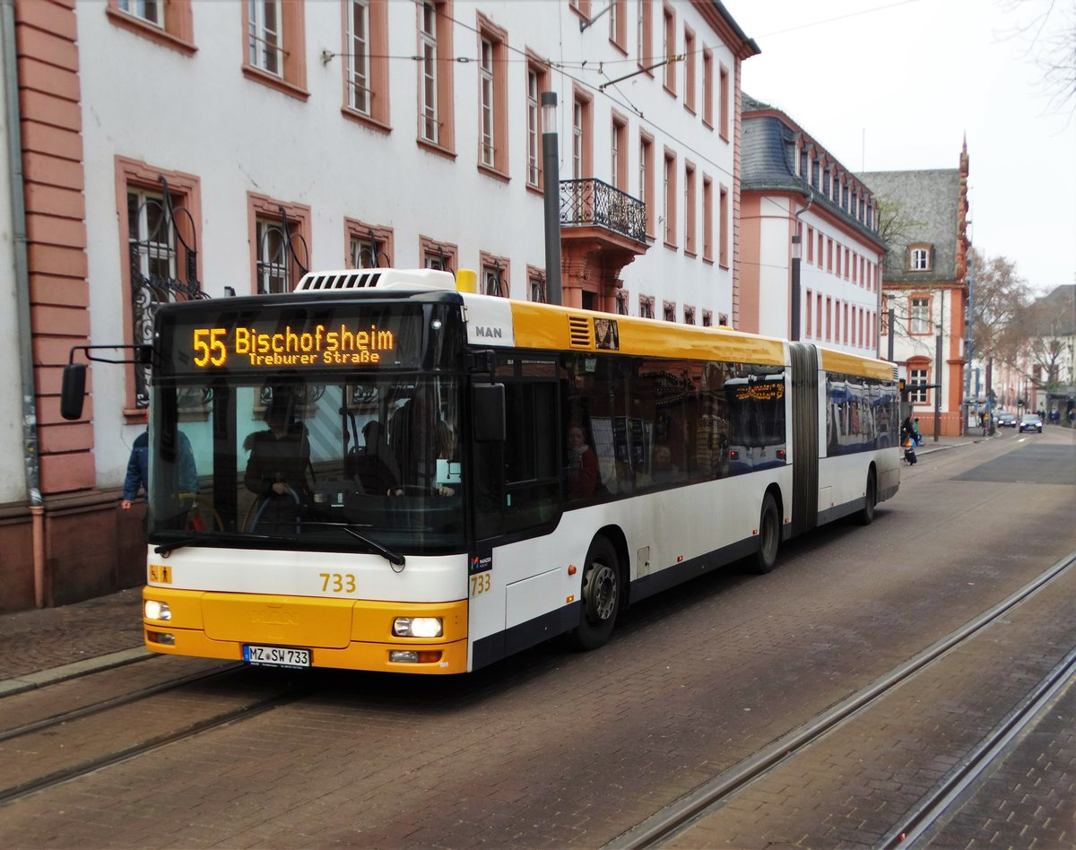 MVG MAN Gelenkzug der 2. Generation Wagen 733 am 02.12.17 in Mainz Schillerplatz