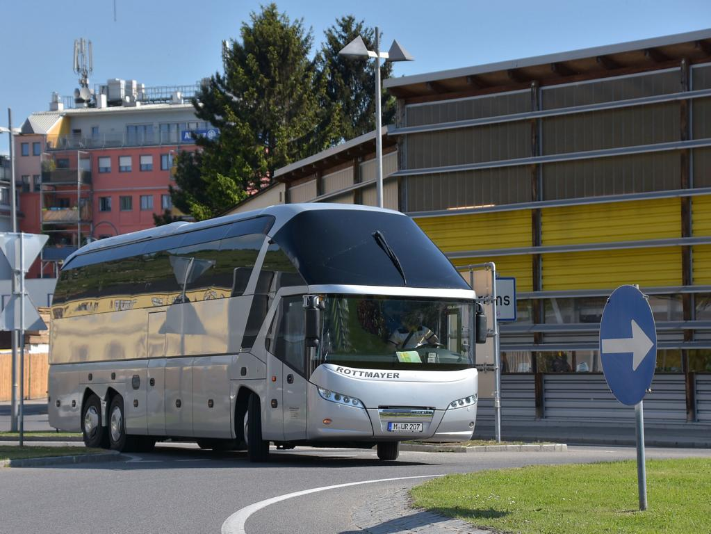 Neoplan Starliner von Rottmayer Reisen aus der BRD 05/2017 in Krems.