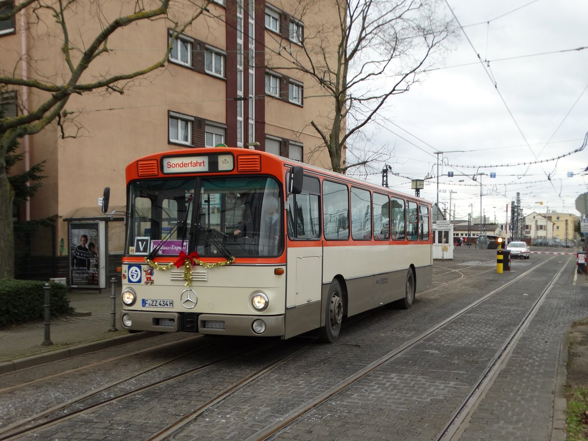 VGF Mercedes Benz O305 als Nikolaus Express am 09.12.17 in Frankfurt am Main