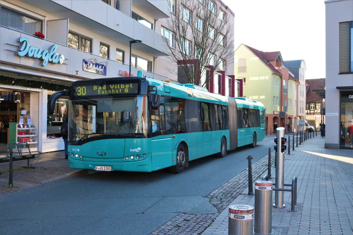 VGF/ICB Solaris Urbino 18 Wagen 385 am 17.11.18 in Bad Vilbel auf der Linie 30