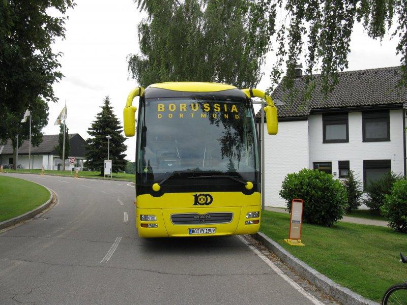 der mannschaftsbus von borussia dortmund aufgenommen am beim trainingslager des bvb am. Black Bedroom Furniture Sets. Home Design Ideas
