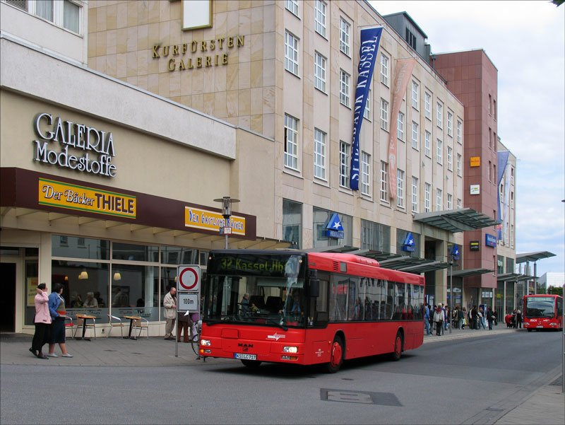 ein man bus linie 32 zum hauptbahnhof vor der kurf rsten galerie kassel bus. Black Bedroom Furniture Sets. Home Design Ideas