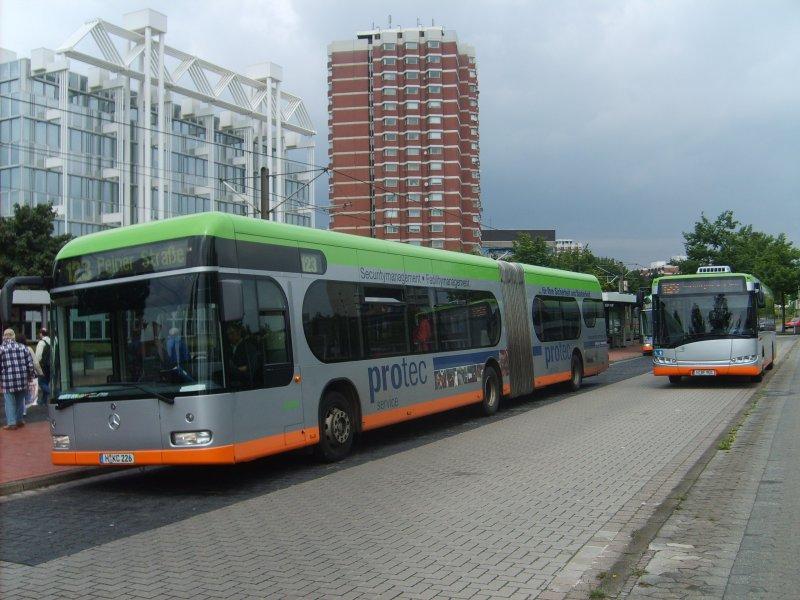 drei busse stehen am 30 an der misburger stra e im vordergrund ein o530 g daneben ein. Black Bedroom Furniture Sets. Home Design Ideas