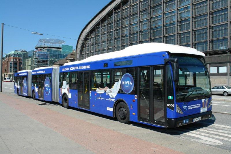 HHA 8506 macht Pause vor dem HBF Hamburg Werbung Nivea