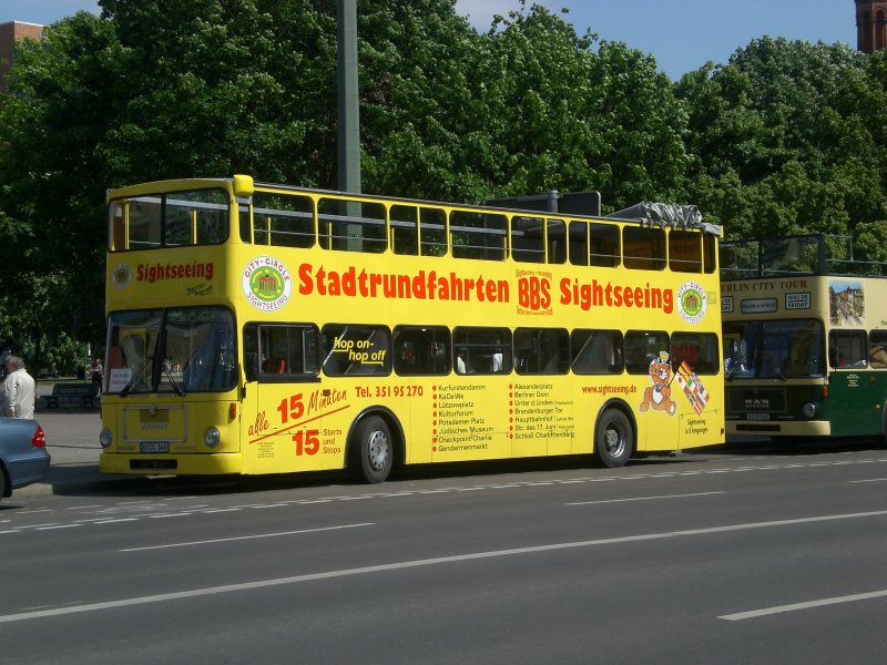 man doppeldecker sightseeing bus am berliner rathaus bus. Black Bedroom Furniture Sets. Home Design Ideas