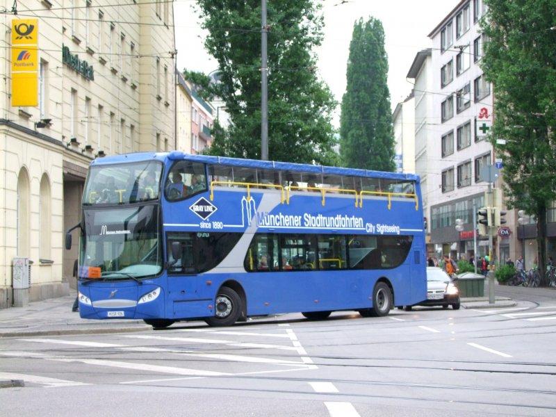 der blaue doppeldecker bus steuert die haltestelle beim hauptbahnhof an 090515 bus. Black Bedroom Furniture Sets. Home Design Ideas
