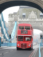 Ein AEC Routemaster (RML2310) am 22.03.2013 auf der Londoner Tower Bridge.