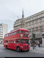 AEC Routemaster RM871 auf der von Stagecoach betriebenen TfL Heritage Bus Route 15 Trafalgar Square - Tower Hill am 11. August 2017 vor der Charing Cross Station.