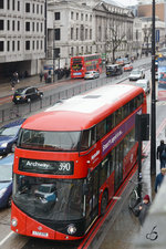 Ein Wright NB4L New Routemaster (LT98) im Februar 2015 in London.
