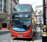 Londoner Doppelstock Bus Marke VOLVO am 05.06.17 in London