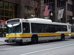 Bus United States of America (USA): Stadtbus Boston (Massachusetts): Neoplan AN440LF der Massachusetts Bay Transportation Authority (MBTA), aufgenommen im April 2016 in der Innenstadt von Boston (Massachusetts).