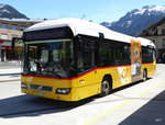 Postauto - Volvo 7700 Hybrid  BE 610543 bei den Bushaltestellen vor dem Bahnhof in Interlaken West am 06.05.2016