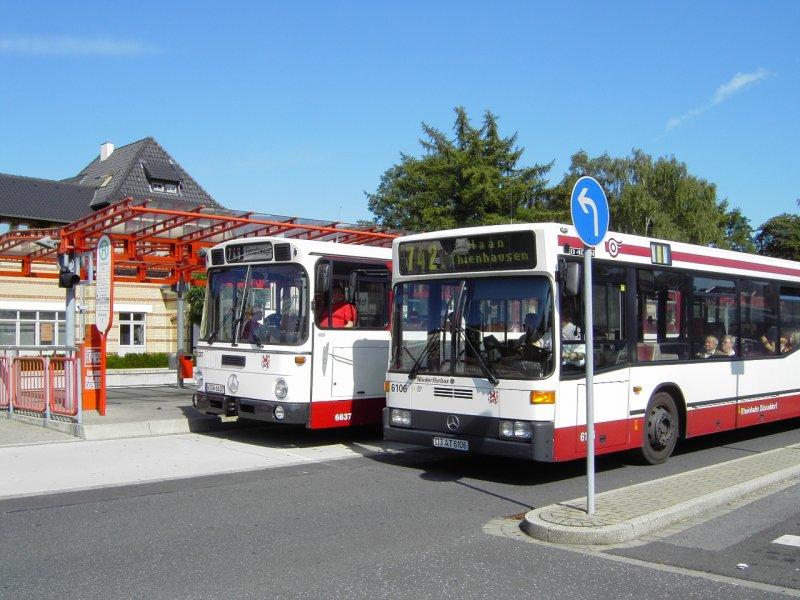 zwei historische linienbusse der rheinbahn ag d sseldorf im vordergrund ein mercedes o 405 n2. Black Bedroom Furniture Sets. Home Design Ideas